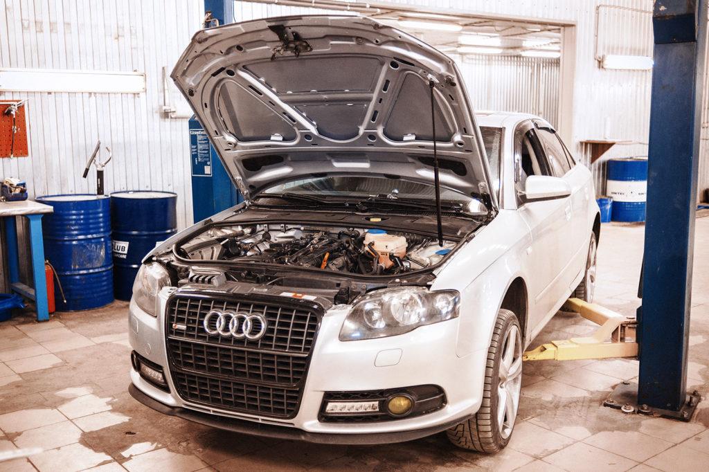 Ставим Audi A4 на подъёмник для диагностики