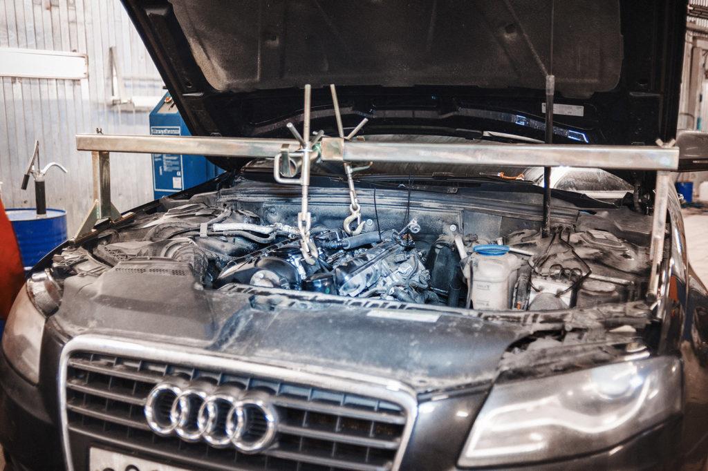Вывешиваем двигатель Ауди А4 при помощи траверсы