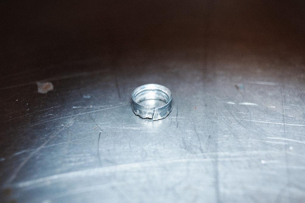 Титановое кольцо против зубила ничто