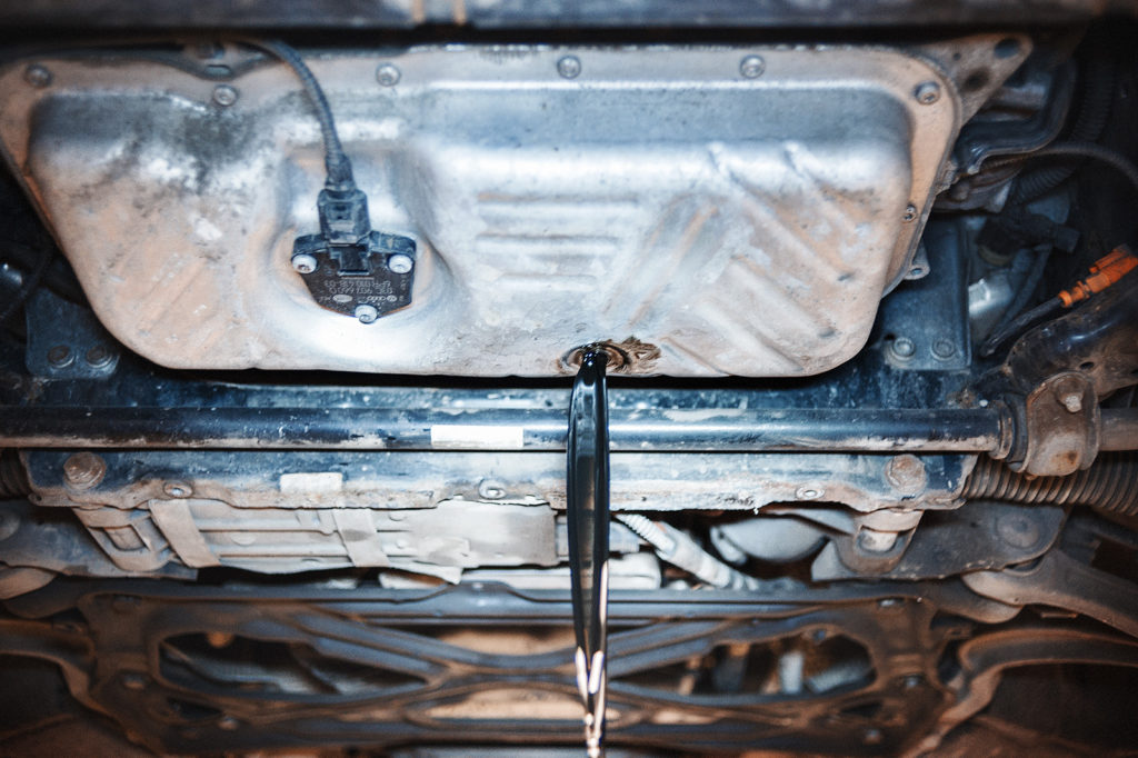 Сливаем масло из двигателя до прекращения самотёка
