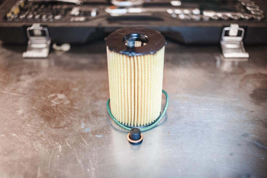 Новый масляный фильтр Audi A6, сливная пробка и уплотнительное кольцо