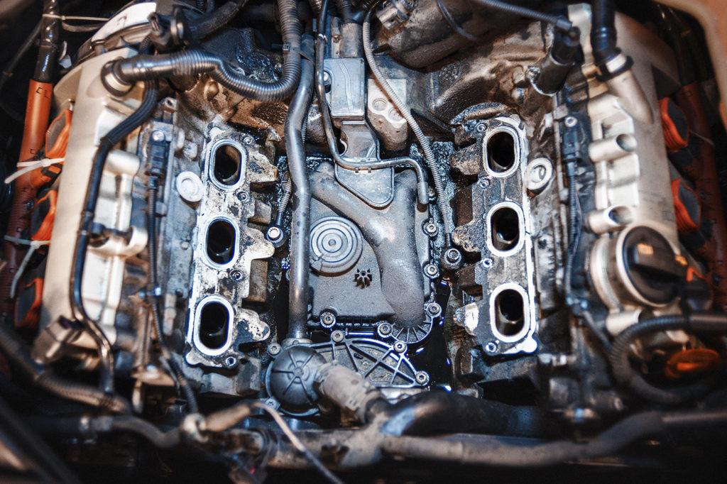 Под впускным коллектором Audi A6 – масляное море
