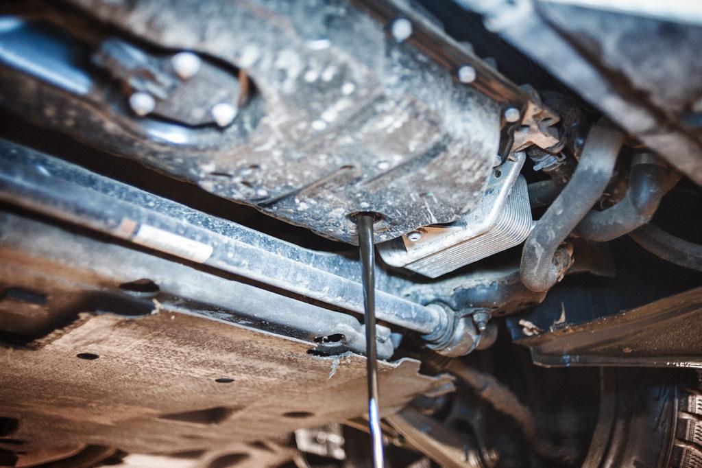 Сливаем моторное масло Audi A6