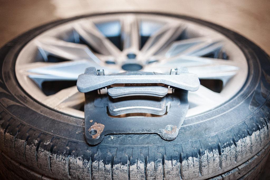 Скоба заднего тормозного суппорта Audi A7