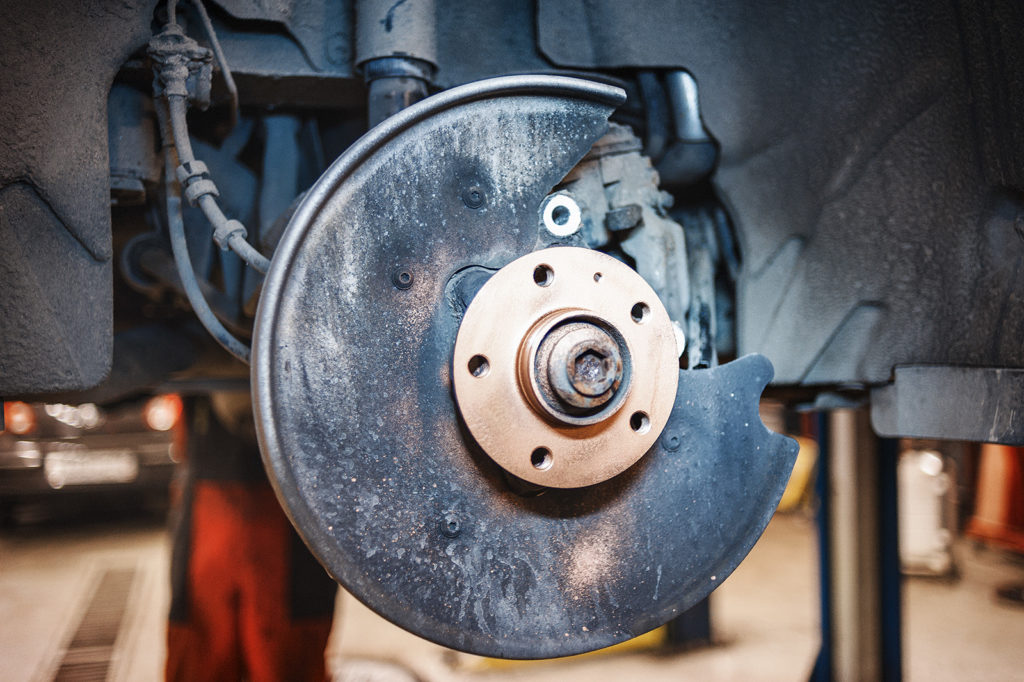 Покрываем ступицу Audi A7 медной смазкой