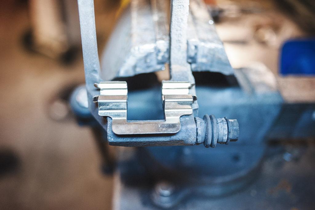 Устанавливаем новые пружины в скобу тормозного суппорта