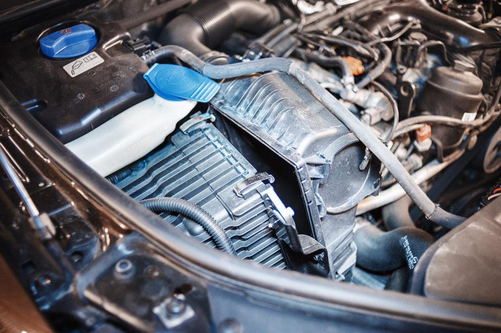 Здесь прячется воздушный фильтр Audi Q7