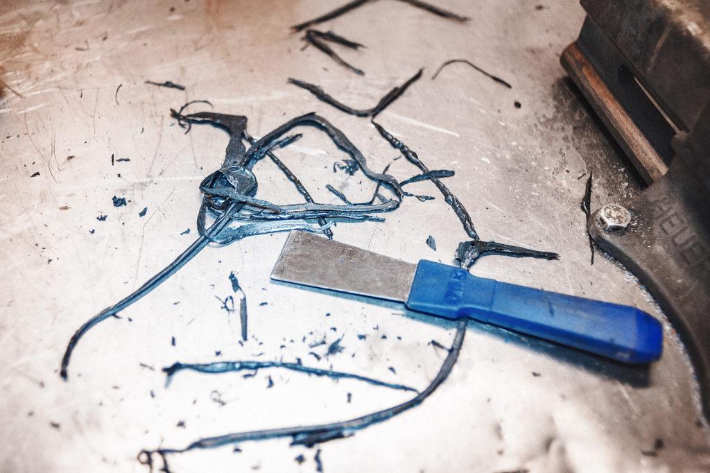 Тщательно удаляем старый герметик