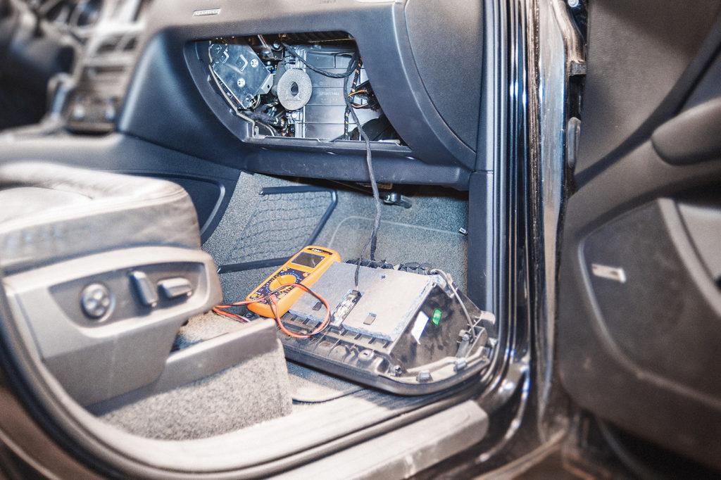 Снимаем бардачок Audi Q7 для доступа к регулятору вращения вентилятора