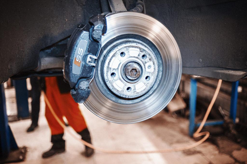 Снимаём колёсный диск для замены тормозных колодок