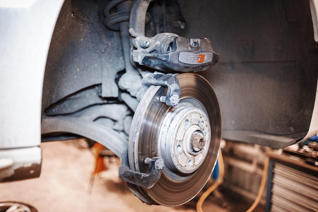Демонтируем суппорт и извлекаем тормозные колодки Audi S5