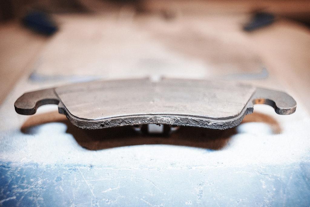 От старых тормозных колодок Audi S5 мало что осталось