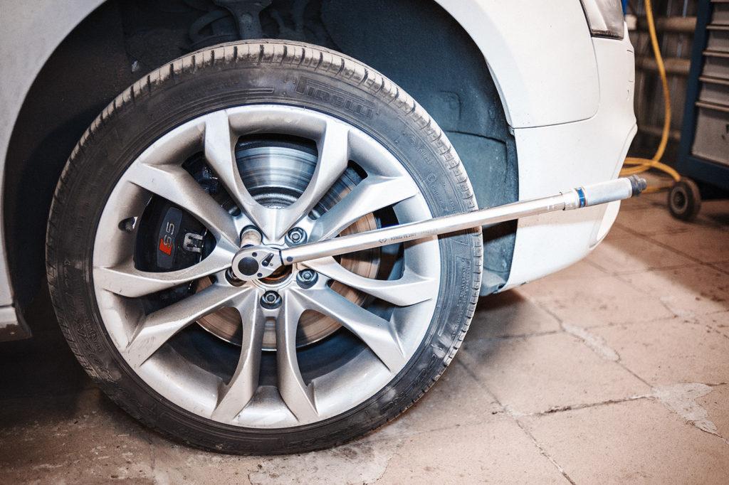 Закручиваем колёсные болты только при помощи динамометрического ключа