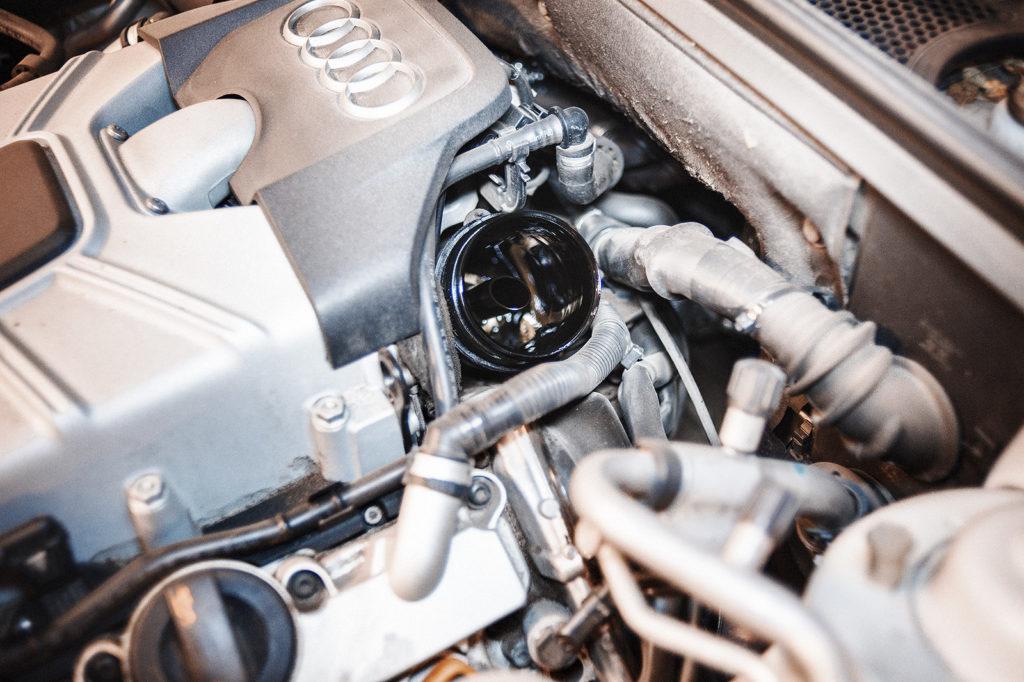 Извлекаем масляный фильтр Audi S5