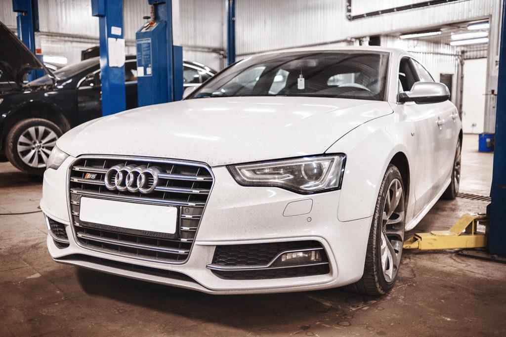 Красавица Audi S5 готова к замене сальника заднего редуктора