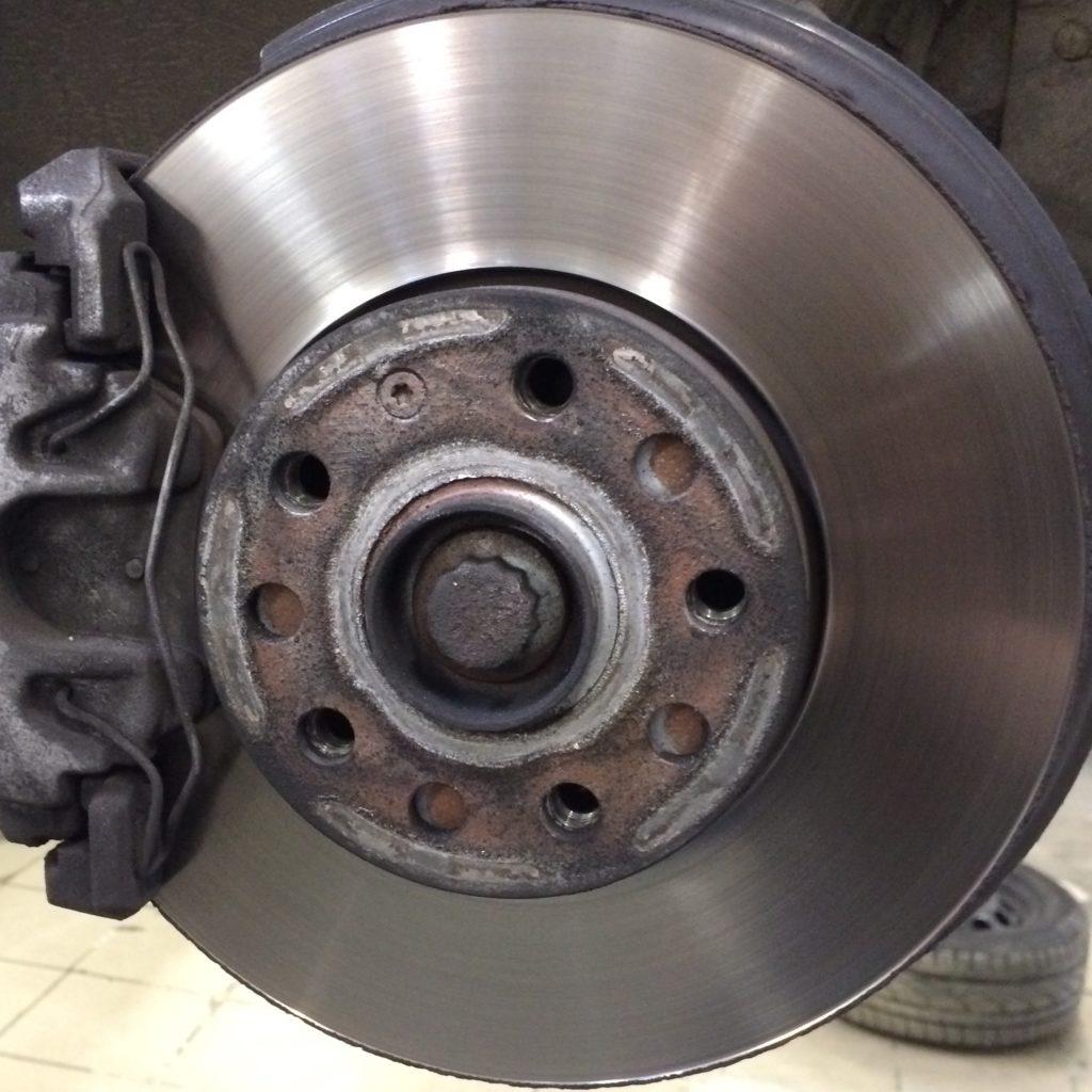 Левые тормозной диск (1K0615301T) и суппорт
