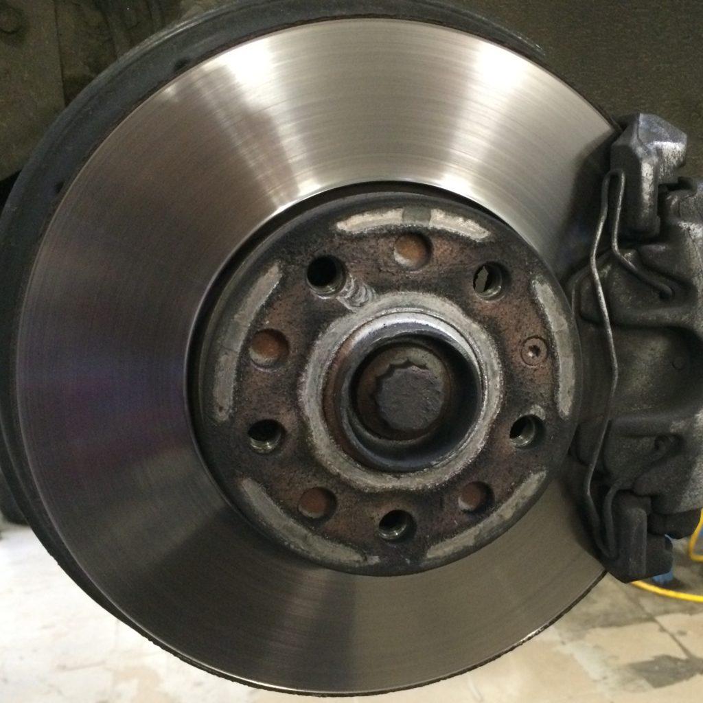 Правые тормозной диск и суппорт