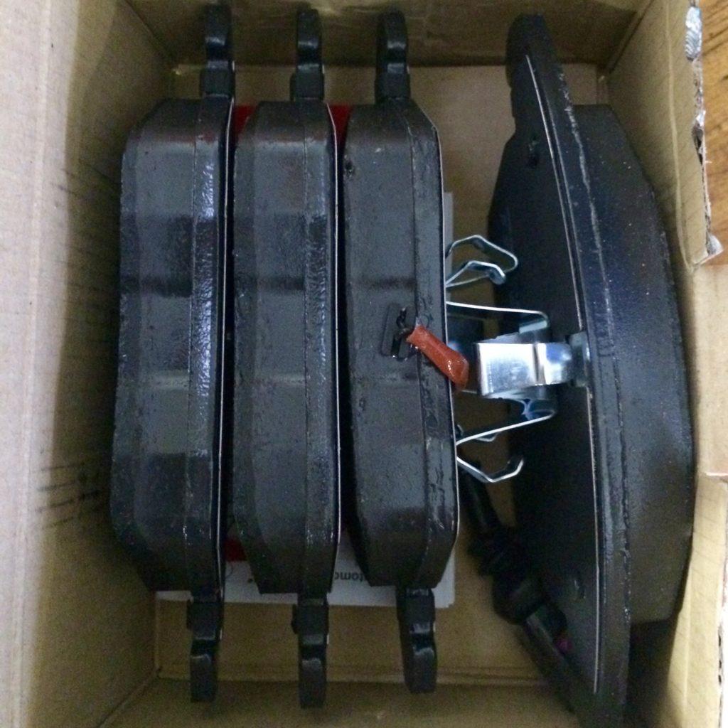 Колодки тормозные передние (OEM 5K0698151, TRW GDB1550)