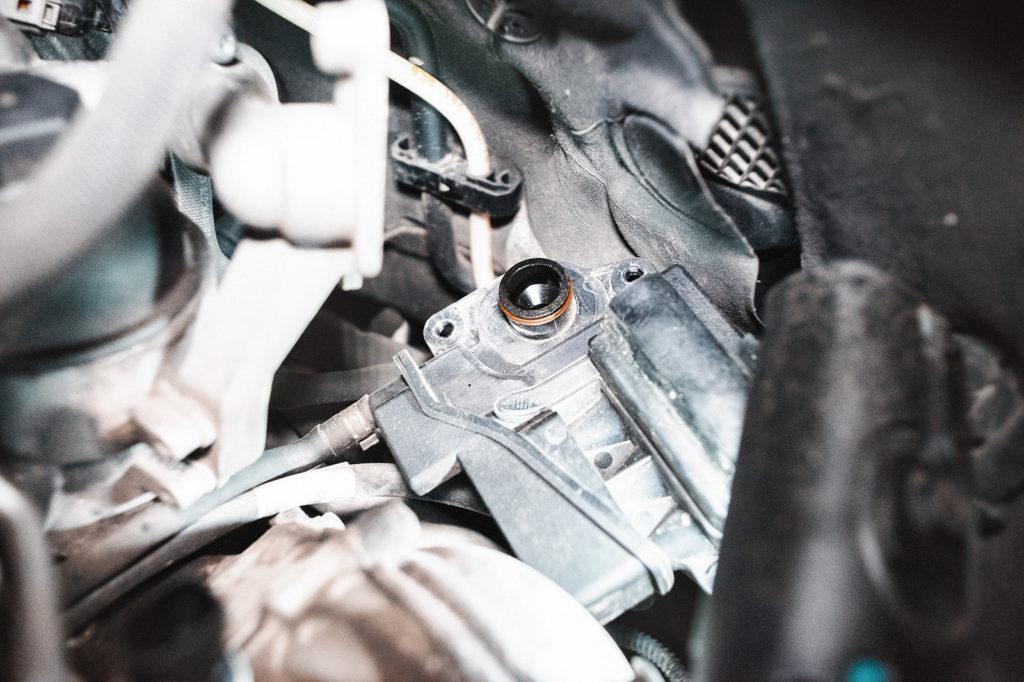 Откручиваем маслоотделитель от двигателя, не отсоединяя шланг