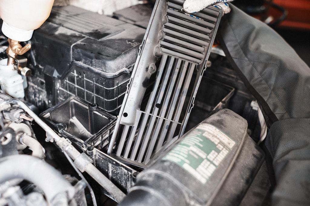 Вытаскиваем сетку под воздушным фильтром