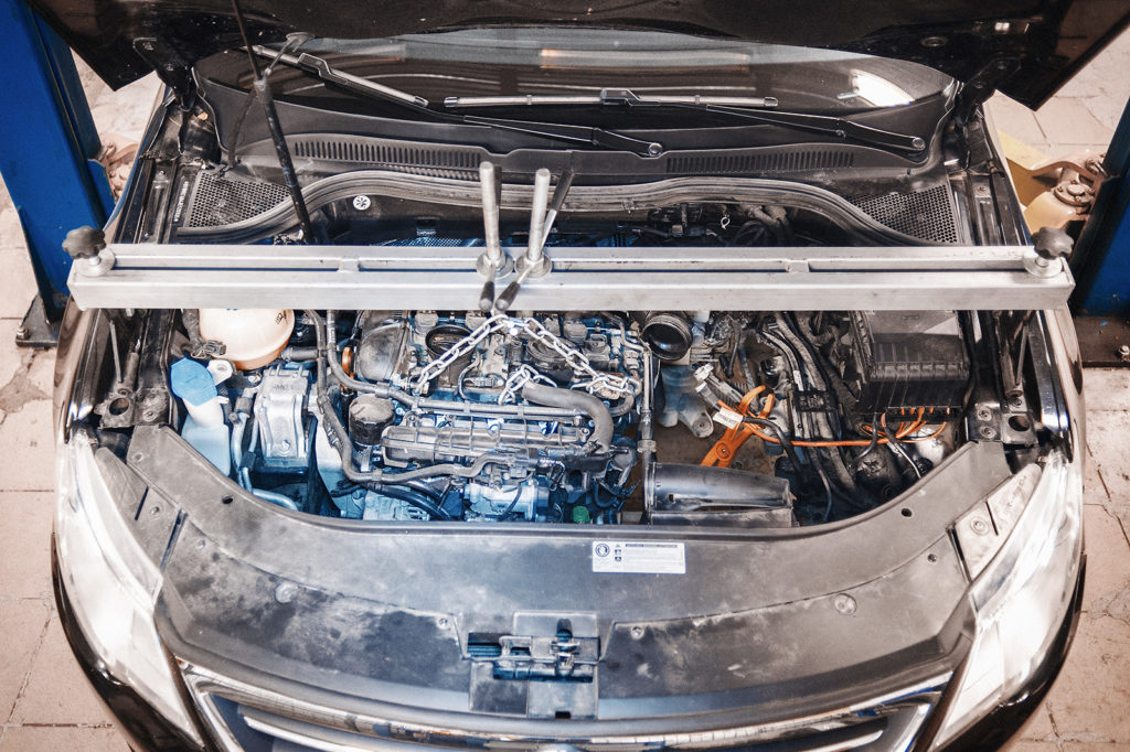 Для демонтажа коробки двигатель нужно подвесить
