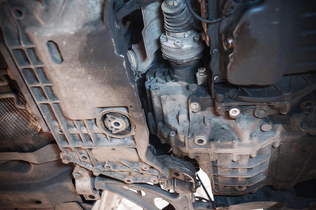 Снимаем заднюю опору двигателя