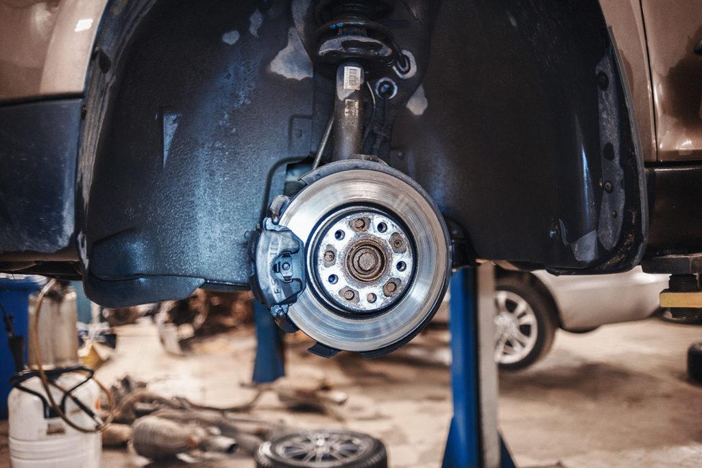 Снимаем переднее колесо для доступа к тормозному механизму