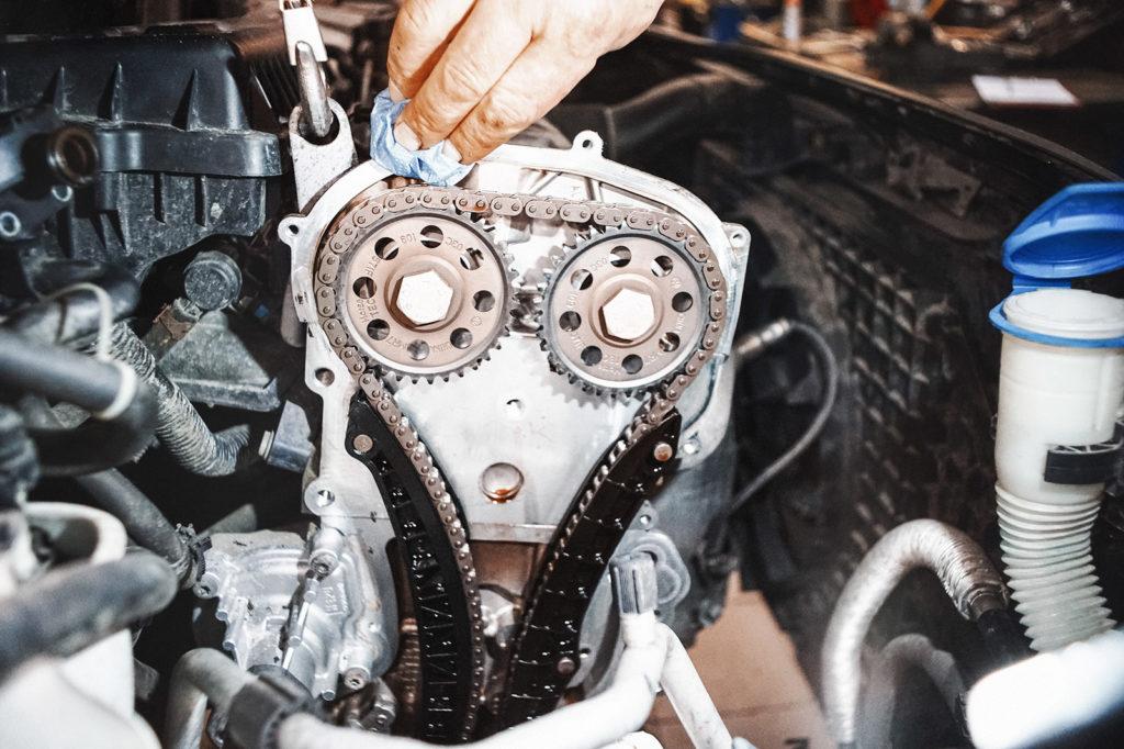 Чистим места соединения крышки с двигателем