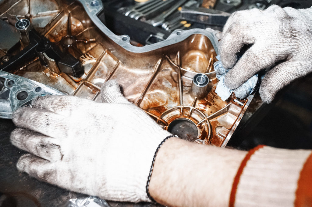 Очищаем соединительные поверхности на крышке двигателя