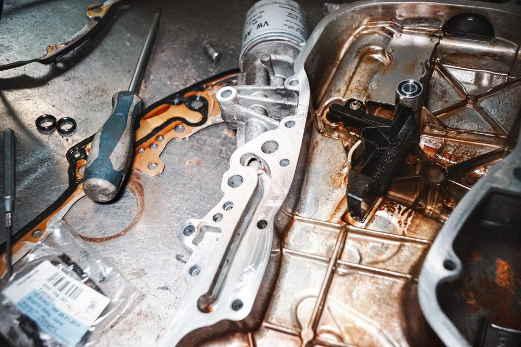 Канал подачи масла расположился в крышке двигателя