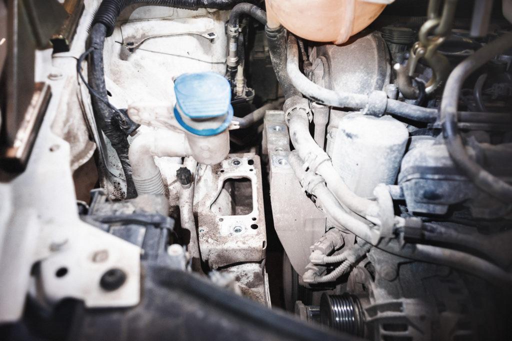 Снимаем правую опору двигателя Шкоды