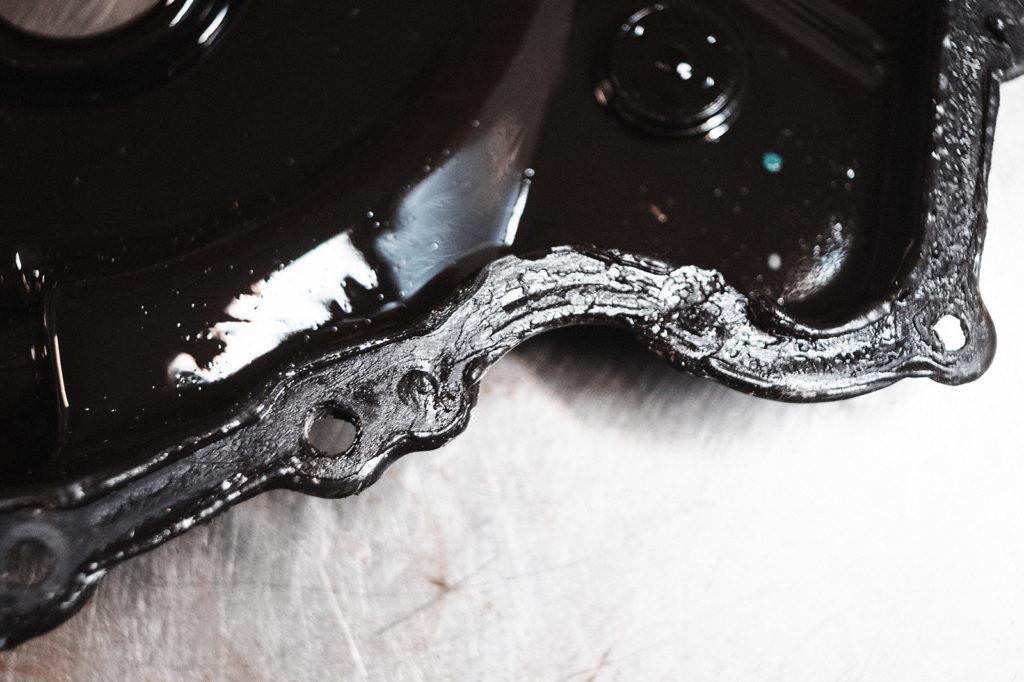 По структуре герметика видим, что привалочные поверхности двигателя не обезжиривались