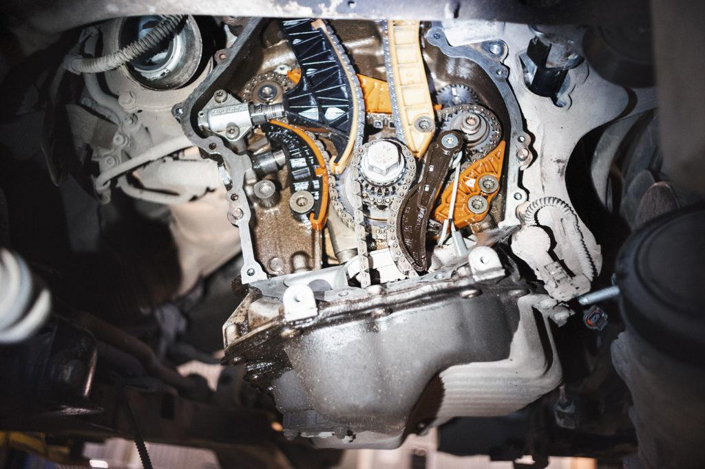 Очищаем и обезжириваем привалочную поверхность двигателя Шкода Суперб