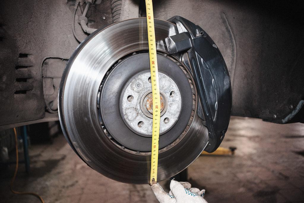 Массивный тормозной диск Ауди А8 и суппорт с колодками гарантируют безопасность
