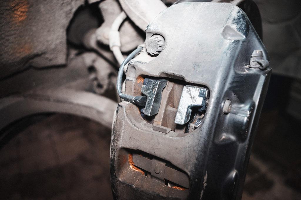 Подключаем датчик износа тормозных колодок Ауди А8