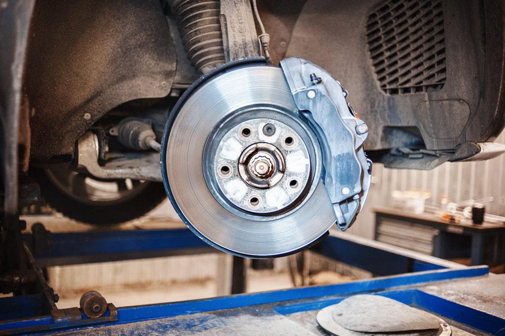 Снимаем колесо для доступа к суппорту Volkswagen Touareg NF