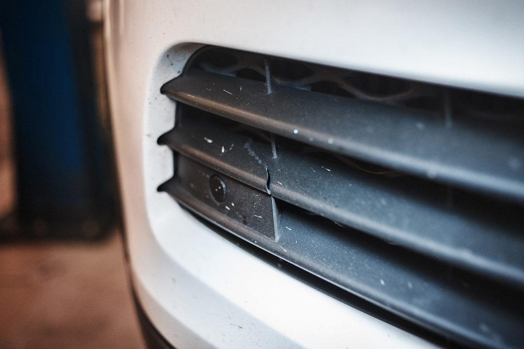 Трещина решётки правого интеркулера Volkswagen Touareg NF