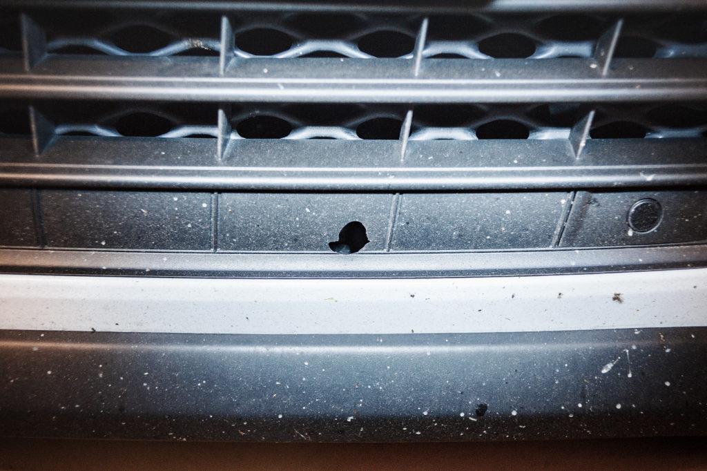 Камень пробил решётку радиатора Volkswagen Touareg NF