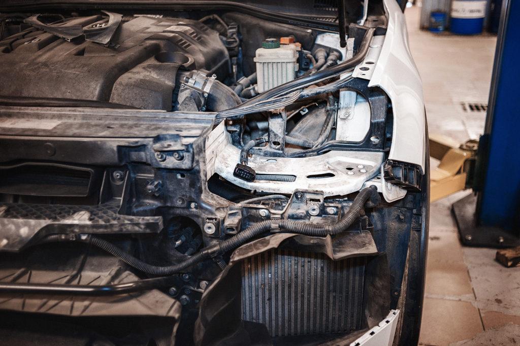 Cнимаем переднюю фару для замена лампы Volkswagen Touareg NF