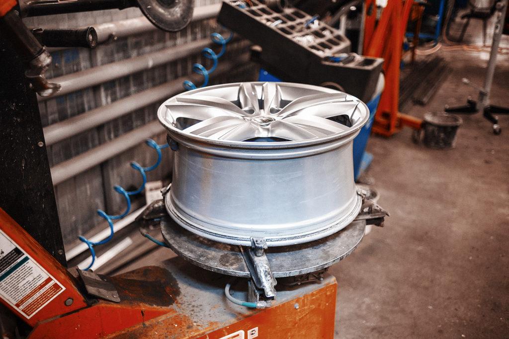 Фиксируем колёсный диск в зажимах станка