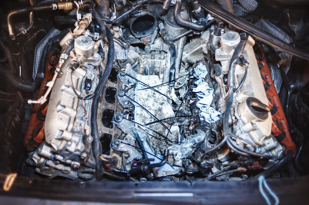 Чистка клапанов Audi A8 начинается с защиты от грязи