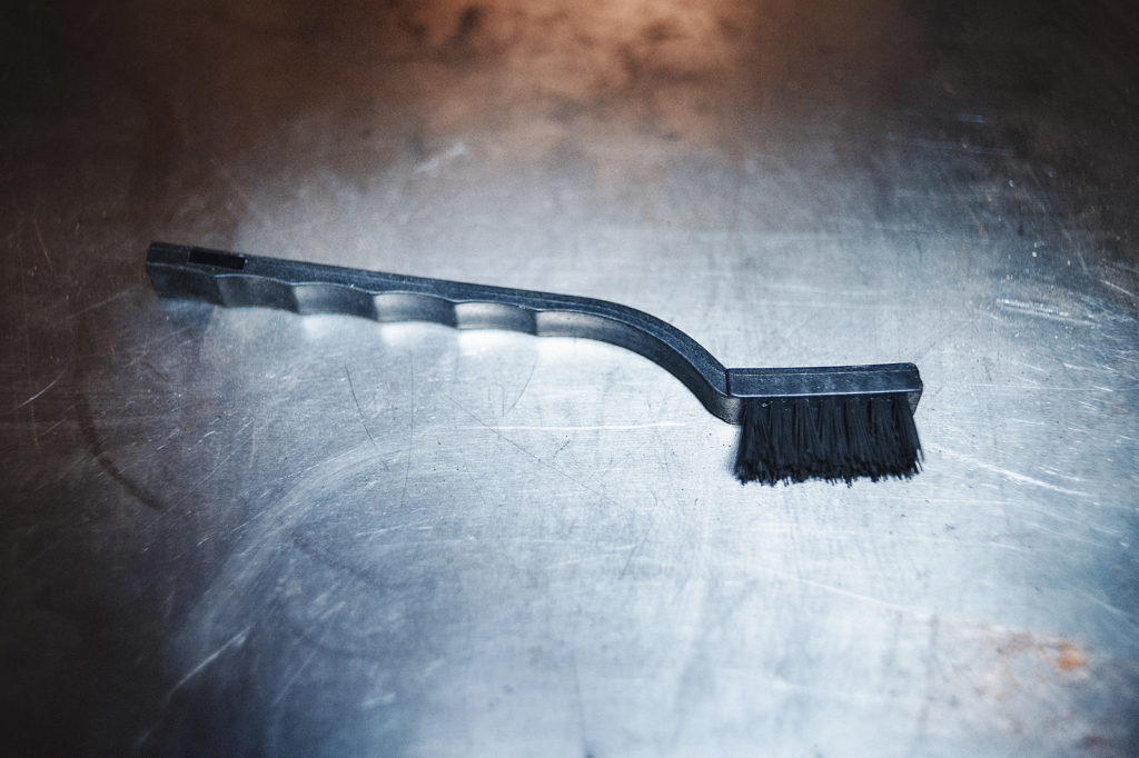 Специальная щётка для чистки металлических поверхностей