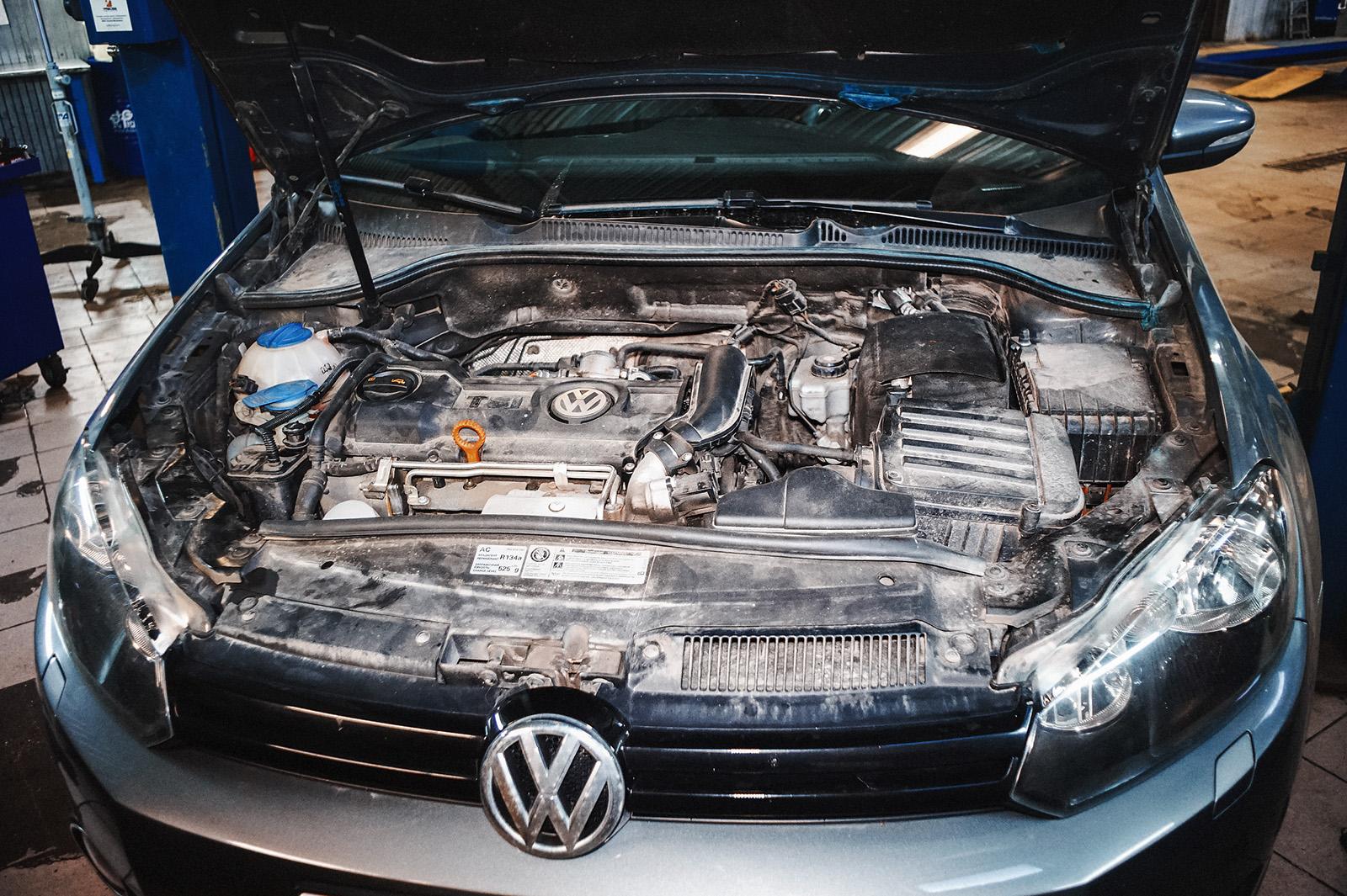 Автомобиль в ремонтной зоне: капот поднять, опору показать