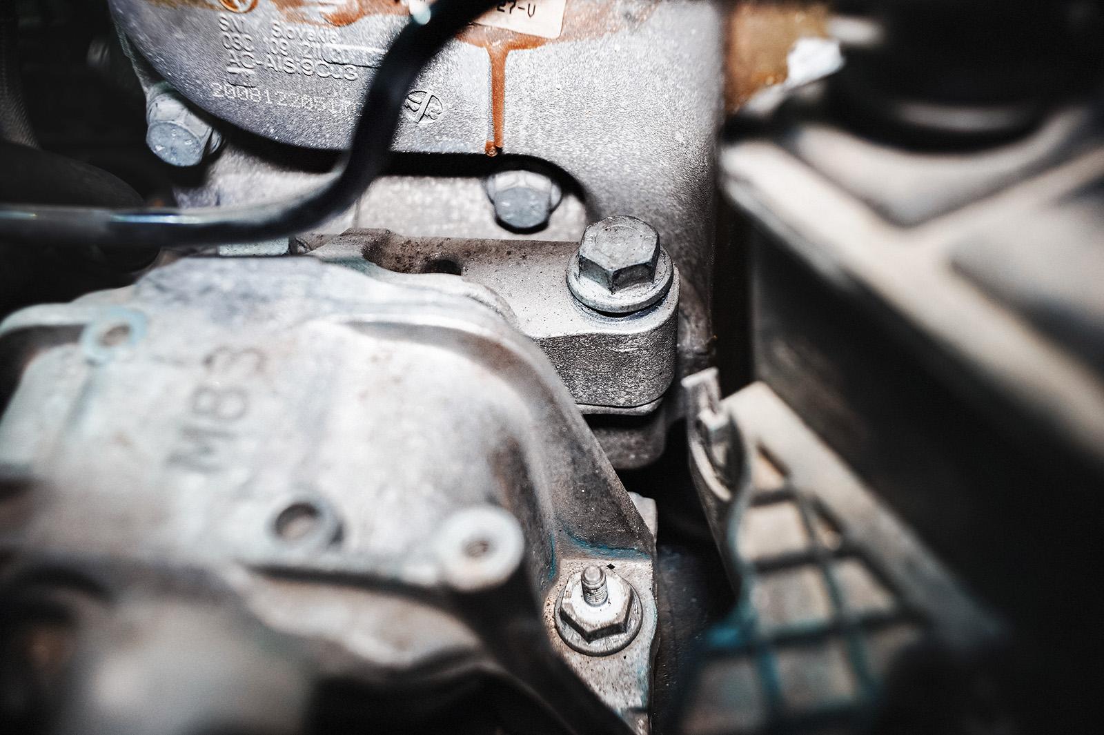 Для того, чтоб вибрации двигателя Фольксваген Гольф были с нами нужно криво прикрутить двигатель к опоре