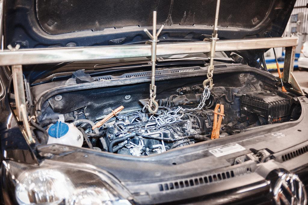 Подвешиваем двигатель для снятия правой опоры