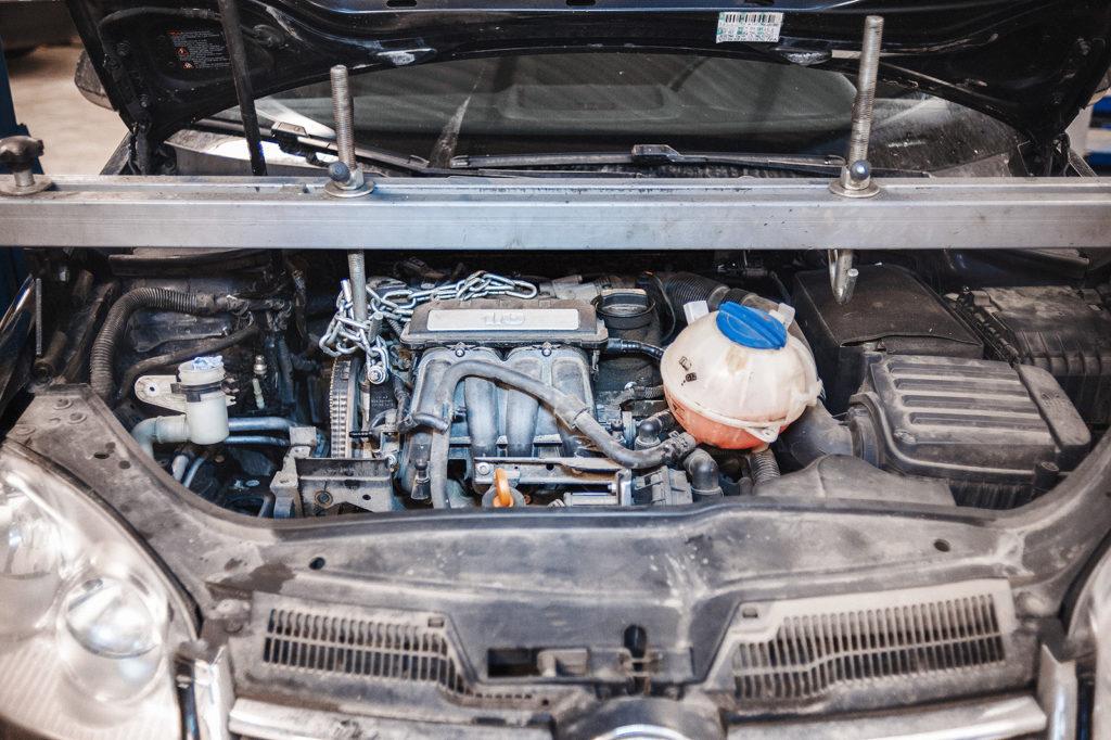 Вывешиваем двигатель для замены ремня