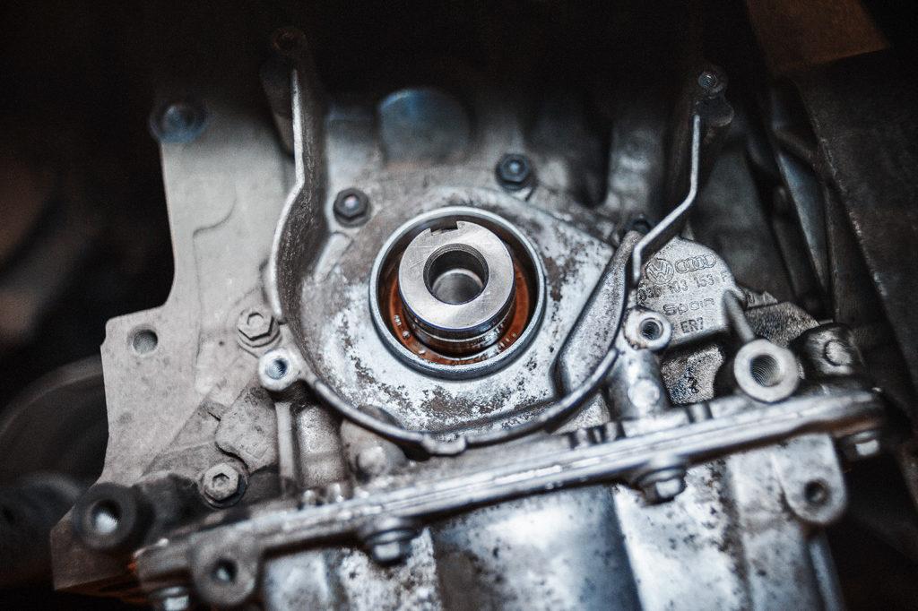 Извлекаем передний сальник коленвала Volkswagen Jetta