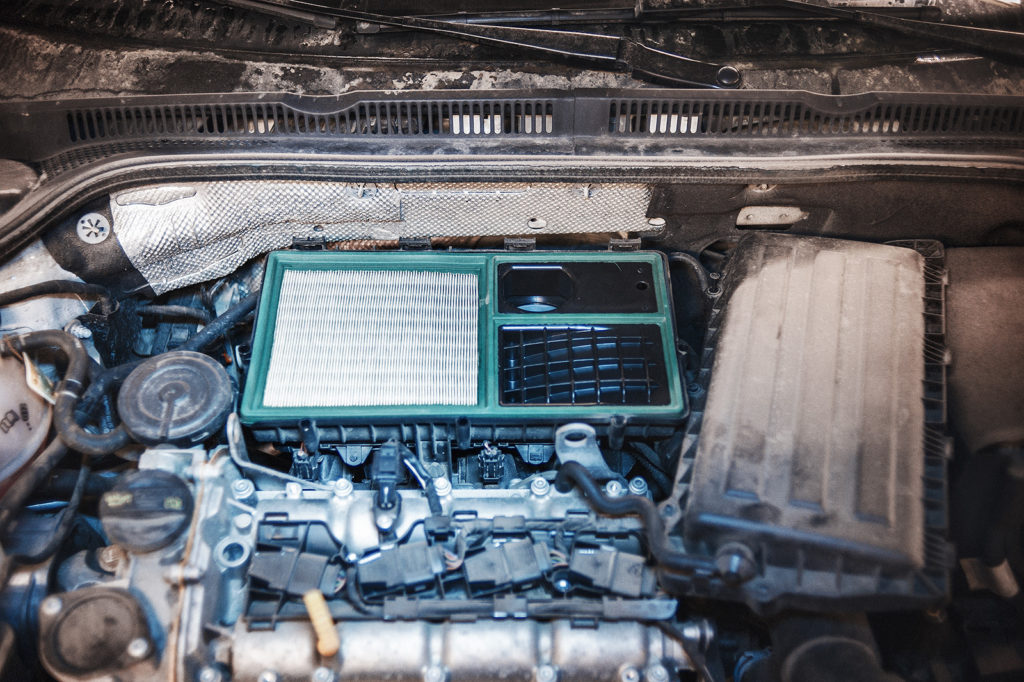 Снимаем верхнюю крышку воздушного фильтра Volkswagen Jetta