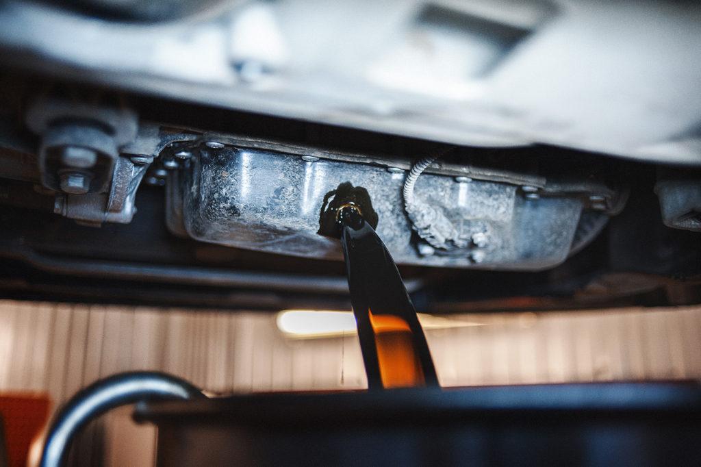 Щедрой струёй сливаем моторное масло