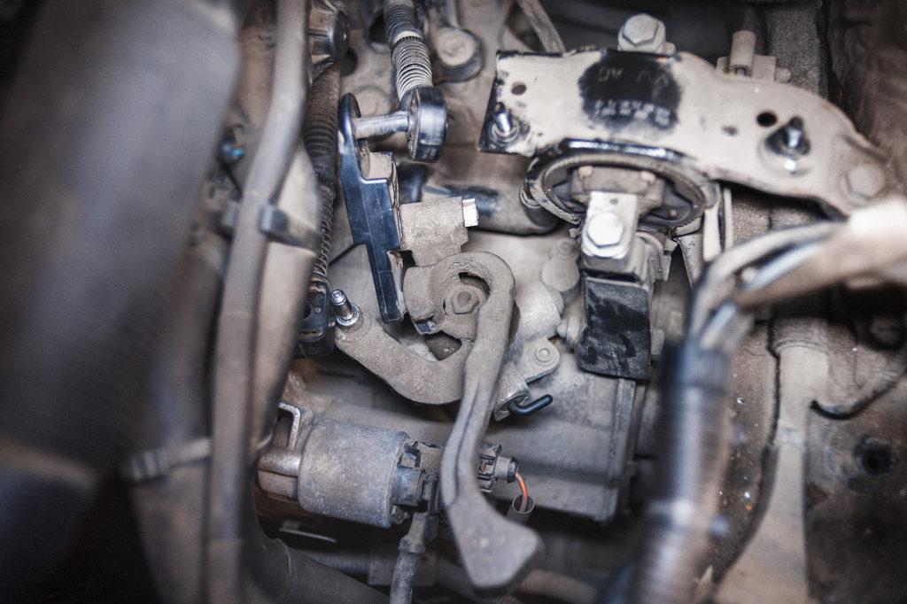 Отключаем тросы от КПП Volkswagen Polo